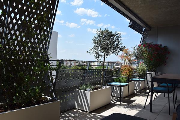 Aménagement d'une terrasse de la Résidence Platinium